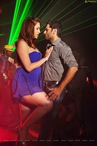 Gunde Jaari Gallanthayyinde Jwala Gutta Hot Item Song