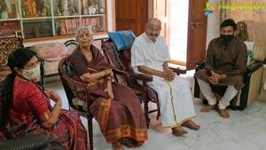 Chiranjeevi, Surekha Meet Veteran Director K Viswanath